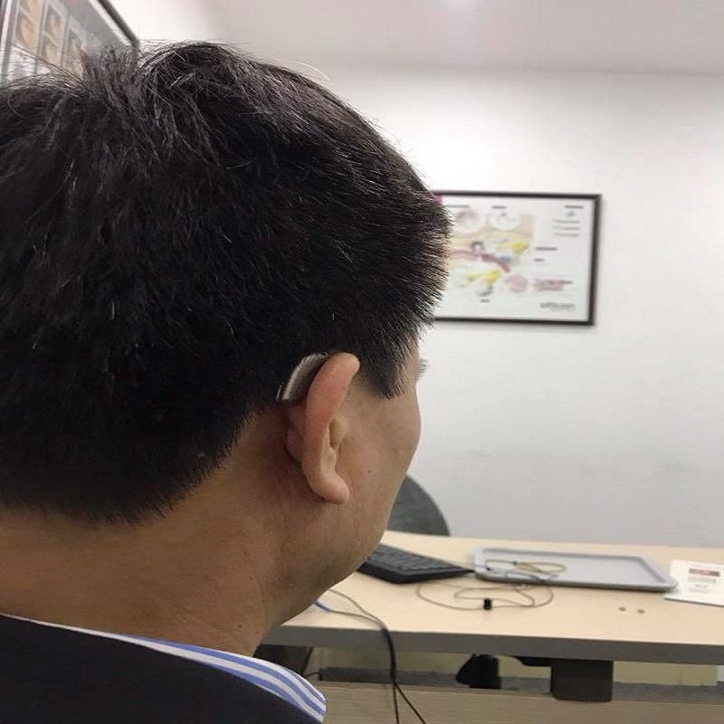 ảnh thực tế khách hàng đeo máy trợ thính loa trong tai