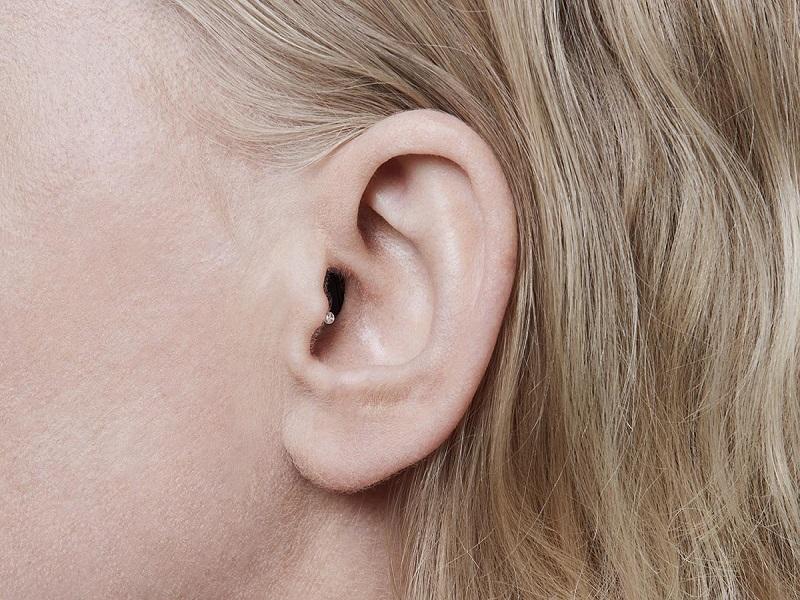 Khách đeo máy trợ thính IIC nhìn nghiêng