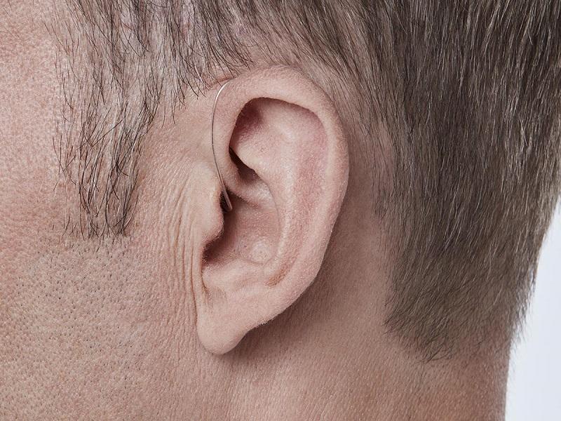Khách đeo máy loa trong tai