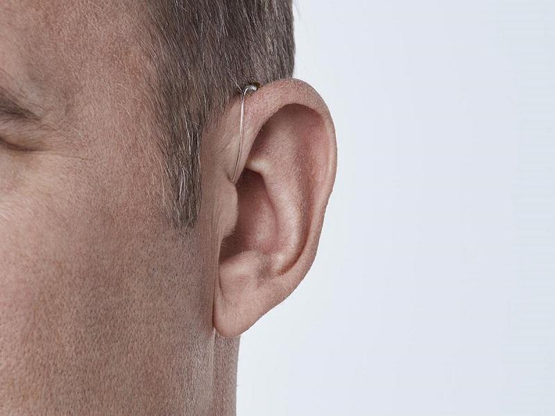 Khách hàng đeo máy trợ thính MiniRite
