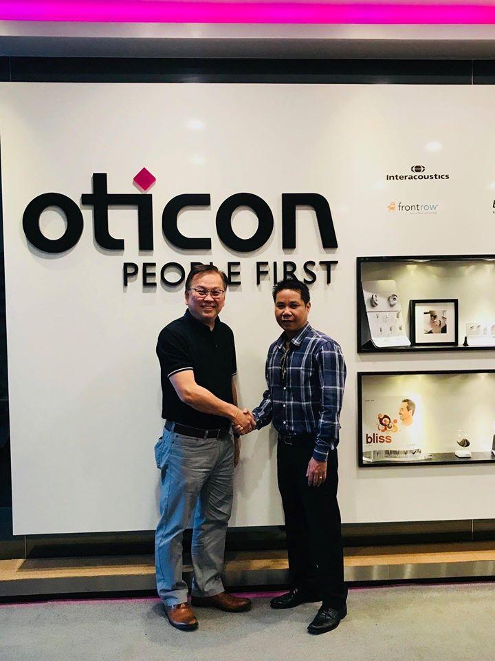 Giám đốc trợ thính Châu Âu (ông Nguyễn Việt Khánh bên phải) và Giám Đốc điều hành Oticon Singapore (ông Tony Lee)