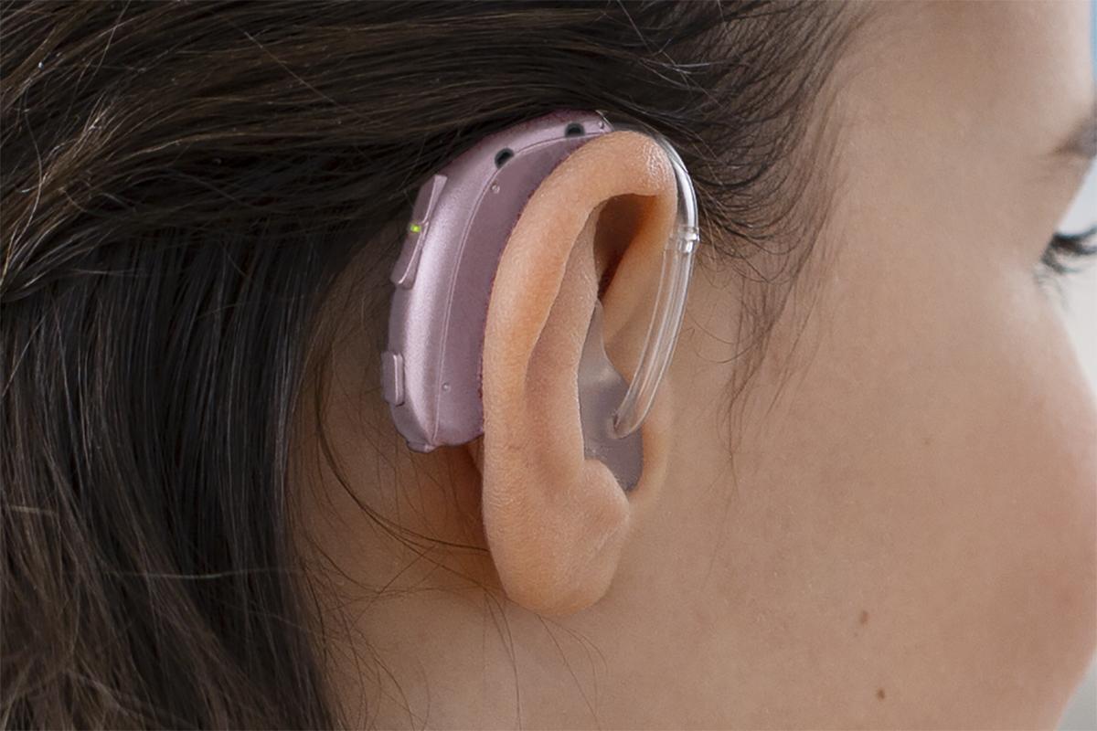 Hình ảnh bé gái sử dụng máy trợ thính Oticon