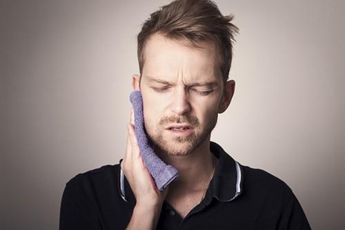 Quai bị có thể nhận biết qua những biểu hiện như sưng đau tuyến nước bọt ở một hoặc cả hai bên của khuôn mặt