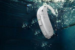 Cần làm gì khi máy trợ thính rơi xuống nước?