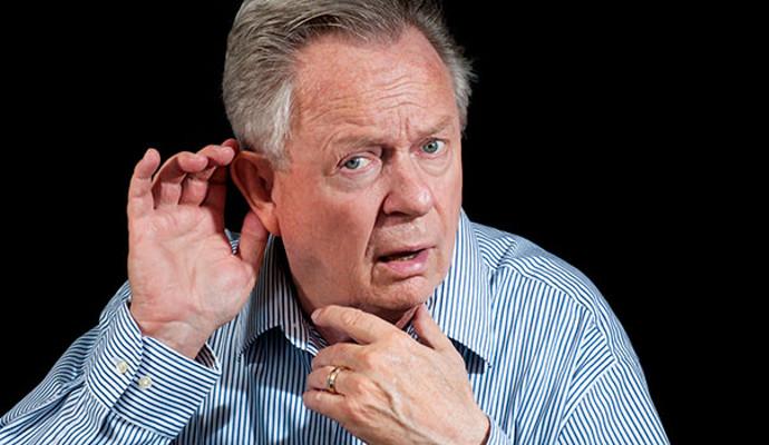 Cần làm gì khi nghe tiếng hú, tiếng ù, tiếng rít khi sử dụng máy trợ thính