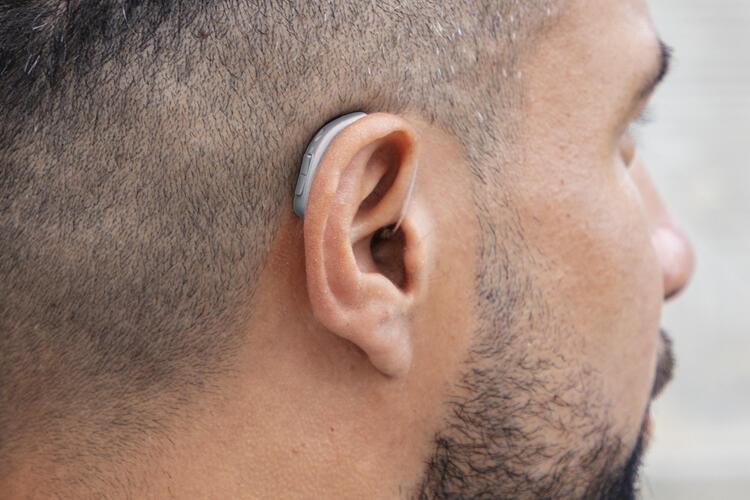 Sử dụng máy trợ thính để cải thiện tình trạng nghe kém