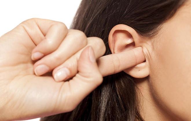 Không dùng ngón tay để ngoáy tai